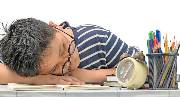 做功課坐姿不良易寒背 脊醫提醒:久坐後要多走動