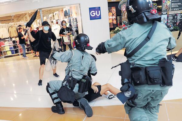 多區爆衝突 警隊屢受襲 示威者搶犯狂掟燃彈鎅警頸