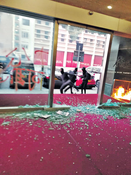 黑衣人快閃施襲 傳媒機構首遭掟汽油彈