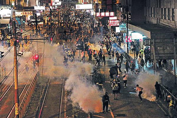 7.21事件3個月 示威者元朗堵路 警清場制服多人