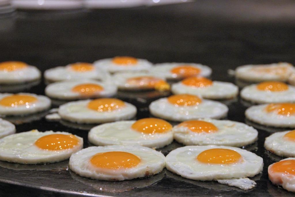 【雞蛋食譜】神奇雞蛋分身術! 日本達人教你用奇招將1隻雞蛋煎出2隻完美太陽蛋