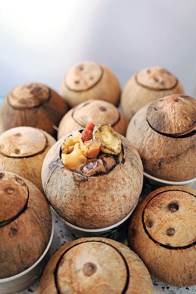 秋涼嘗原個椰子燉湯潤一潤