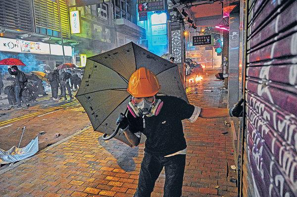 聲援理大示威者多區衝突 逾200人被控暴動
