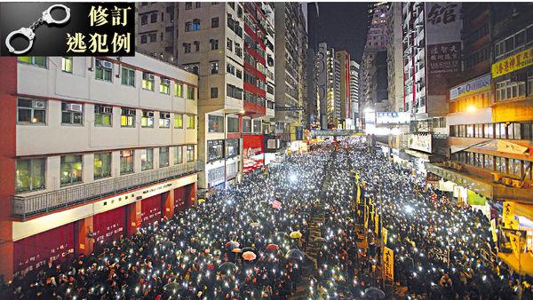 民陣再遊行 萬人亮燈表訴求 高院終院遭縱火 有人堵路與警對峙