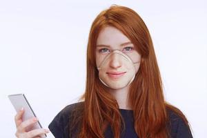 【武漢肺炎】戴口罩用不到電話面部識別? 美設計師直接把面孔打印在N95口罩上