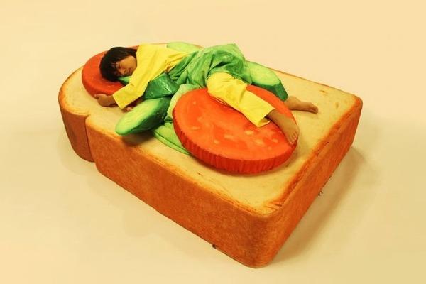【日本雜貨】日本推出超逼真「吐司床墊」 配搭生菜薄被/香腸攬枕等材料變身三文治/pizza
