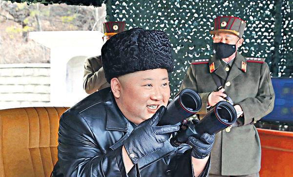 北韓疑試射火箭炮 金正恩指導軍隊演練