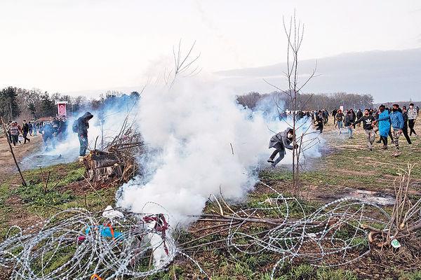 難民闖關爆衝突 土耳其希臘互射催淚彈