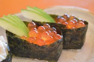 【冷知識】為何一碟壽司只放兩件?原來跟日本人的「完美主義」有關