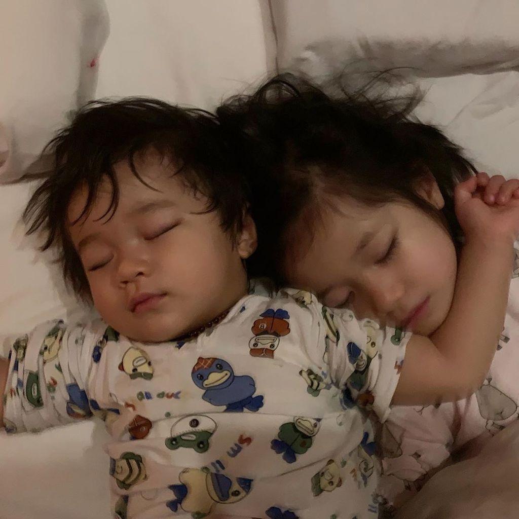 【慶祝兄弟姊妹節】鍾嘉欣曬子女熟睡相 細仔Jared睡姿超豪邁