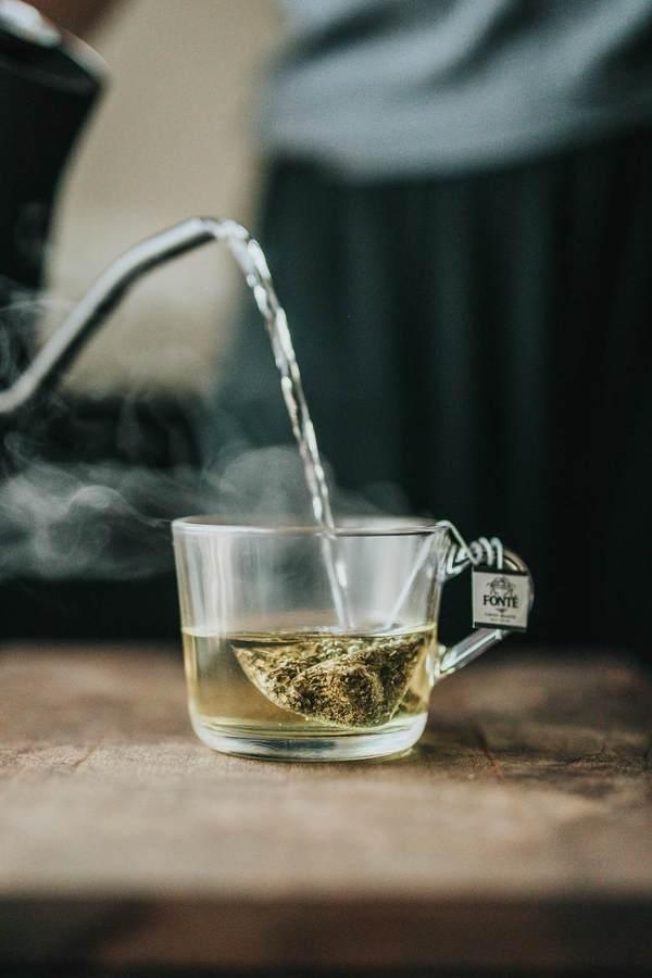 1. 茶  喝茶對身體好,最近更有研究指出可以預防腦退化,但茶中的單寧酸容易令牙上出現茶漬,喝得多綠茶會令牙齒變灰,而紅茶則較黃。2014年加拿大研究指出,在茶中加入奶可以減低出現茶漬的機會,怕有茶漬的人可以試試。