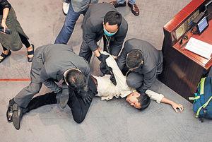 李慧琼連任內會主席 立會再爆衝突 民主派14人被逐