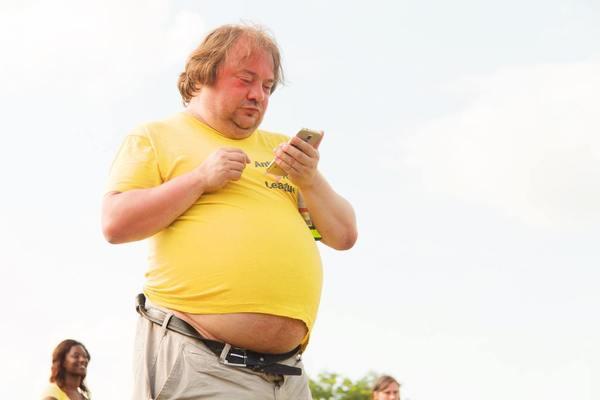 調查結果顯示受訪者中有45%都有肚腩,有46%體重指標(BMI)過重或肥胖,當中有肚腩的人士中有70%過去3個月都有飲酒,顯示酒精攝取與大肚腩有關。早在2009年有一項長達8.5年,有超過20,000人參與的德國波茨坦研究,只要每天喝少於250毫升的啤酒,腰圍在8.5年後會增加5.4厘米,即5.8%,飲越多啤酒,腰圍越粗。