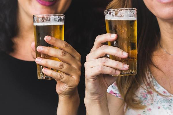 酒精屬一級致癌物  世衞早在1988年已經把酒精列為一級致癌物,不論酒精含量多少,含有酒精的飲品都會致癌,且沒有安全的飲用水平。當中已知與酒精有關的癌症包括:口腔癌、咽喉癌、食道癌、乳癌、肝癌、腸癌、胃癌。