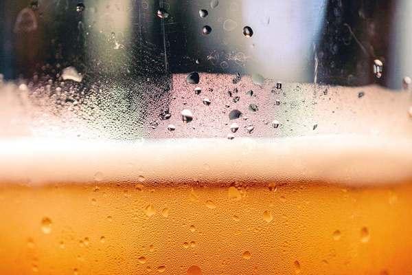 酒精在體內會轉化為乙醛,它是一種致癌物,會破壞細胞的DNA,令細胞未能正常修復,發生異變。另外酒精會阻礙營養素的吸收,包括維他命A、B雜、C、D、E、及類胡蘿蔔素,這些營養素與降低癌症有關。