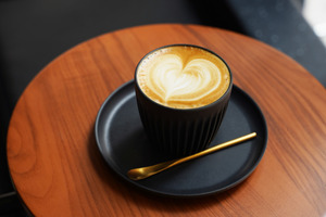 【旺角美食】旺角新開全黑Cafe「Black Coffee」!梳乎厘班戟/Tiramisu/手打牛肉黑炭漢堡