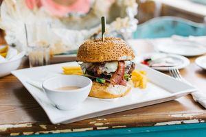 【垃圾食物】研究:食用高飽和脂肪食物降低11%專注力 吃一餐近千卡專注力難維持10分鐘