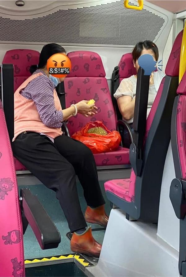 【自私播毒】缺德大媽巴士上公然拉低口罩 忘我享用榴槤大餐被轟自私