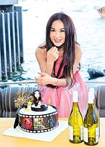 溫碧霞出海慶祝《墮落花》有口碑