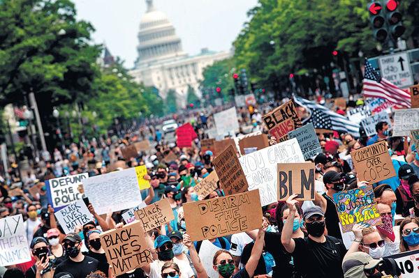 美首都數千人遊行 特朗普:比想像中少人