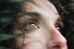 【眼眉跳】眼眉跳與壓力大常熬夜有關! 6大眼眉跳成因及預防方法