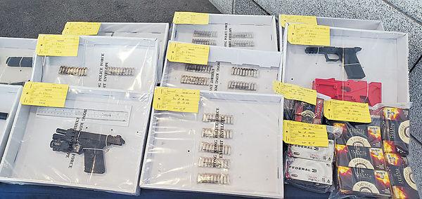 警前日拘53人 元朗檢真槍拉三口家