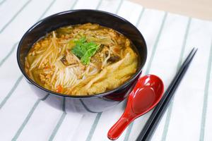 【米線食譜】簡單6步自製開胃菜 惹味酸辣小鍋米線