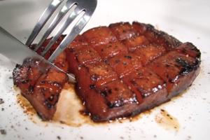 【創意料理食譜】素食者都食得嘅牛扒?! 西瓜煎成牛排幾可亂真 仲有啖啖肉汁!