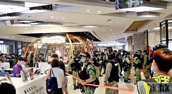 元朗YOHO MALL「和你shop」 防暴警帶走10多人