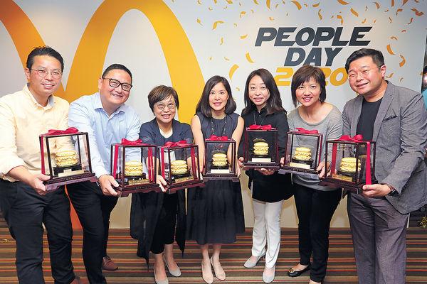 麥當勞「足金巨無霸」 贈工作30年職員