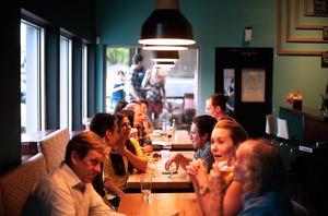 【新冠肺炎】美國德州醫學協會發佈新冠肺炎下高危活動清單 去自助餐/酒吧最高風險