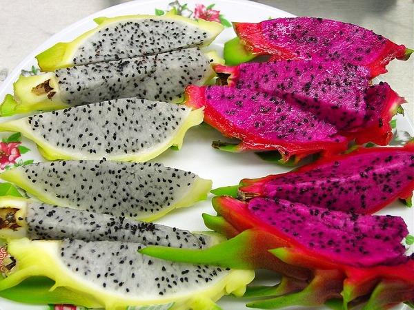 1. 抗氧化  火龍果有多種抗氧化物,有助減低自由基對身體細胞的破壞,從而減少慢性炎性的出現,減低患上慢性疾病的機會,包括癌症、高血壓、心臟病、糖尿病、關節炎等,也可以延緩老化過程,有護膚的功效。當中包括維化命C、甜菜色素、類胡蘿蔔素等抗氧化物。