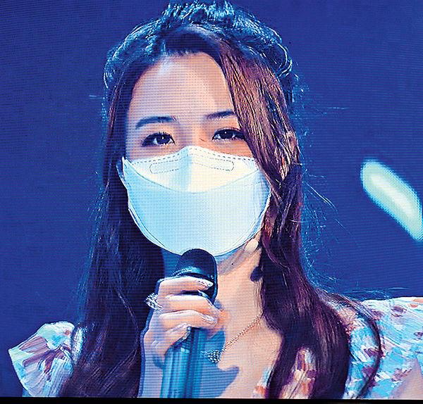 藝人齊戴口罩做直播騷 菊梓喬疑似咪嘴
