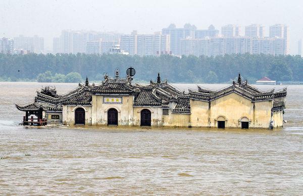 長江水位創新高 700年觀音閣水浸二樓