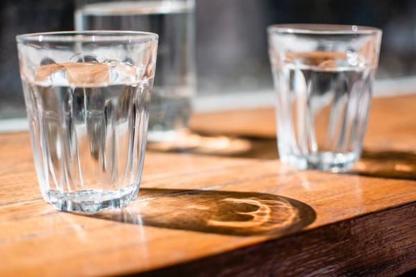 2003年的研究指出熱水比凍水更能有效減重。在餐前喝500毫升的水可以提升30%新陳代謝。若水的温度在37度,即可提高40%新陳代謝,並持續30-40分鐘。