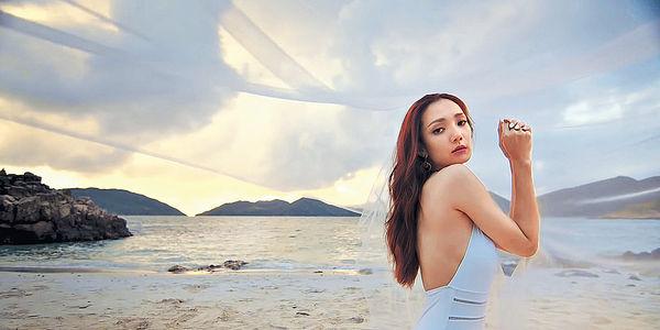 穿性感水着拍MV 王君馨對鏡頭狂放電