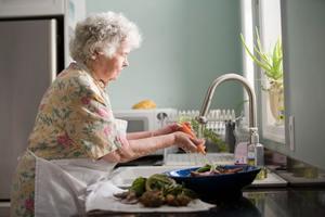 【生白頭髮】吃這個98歲竟生黑灰髮! 專家解構白髮位置+變白成因+護髮食物