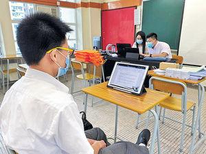 網上開學 學生獲派眼藥水紓眼乾
