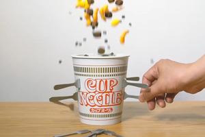 【合味道杯麵】合味道變身木桶叔叔玩具  一插錯杯麵瞬間大爆炸!