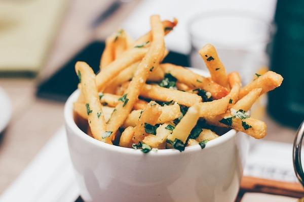 1. 反式脂肪  在2010年刊於《人類繁殖》的研究指出,若婦女攝取較多反式脂肪,患有子宮內膜異位症的風險較高。  常見高反式脂肪的食物包括一些加工食物、油炸食物和快餐食物。