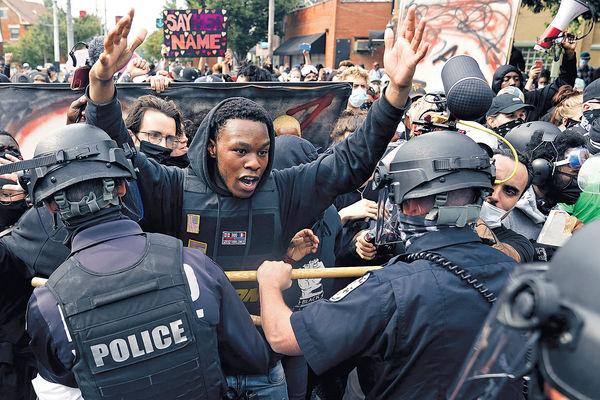 美警射殺非裔女僅控輕罪 多地爆示威