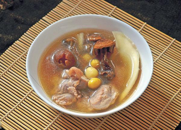 秋分湯水:姬松茸淮山蓮子豬𦟌湯