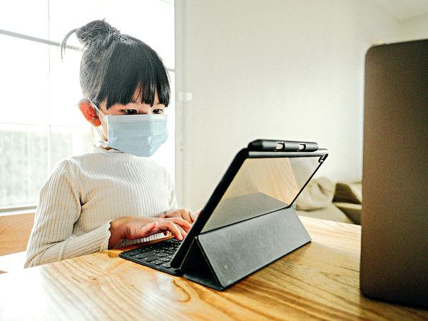 日花 12小時用電子產品 7歲女速變「四眼妹」