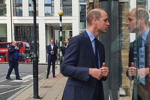 【KFC】英國街頭捕獲皇室成員!威廉王子站在KFC門口注視炸雞
