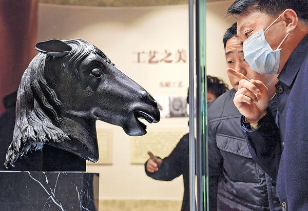 闊別160年馬首銅像 重歸北京圓明園
