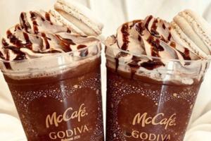 日本麥當勞聯乘GODIVA期間限定特飲 特濃朱古力咖啡沙冰配馬卡龍