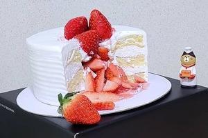 【韓國甜品】韓國人氣雪花冰專門店推出冬季甜品 粒粒士多啤梨夾心蛋糕!