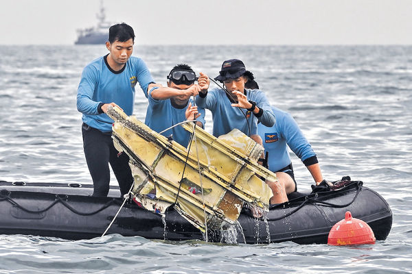 無按原定航道飛行 墜毀印尼客機黑盒尋回