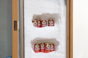 寒流吹襲日本令部份居民窗外堆滿積雪 網民苦中作樂將積雪製成天然冰箱!