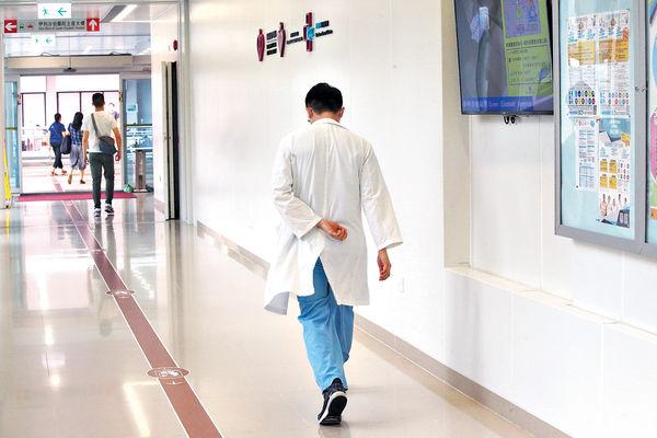 非本地醫生擬准免試執業 醫學會批不公